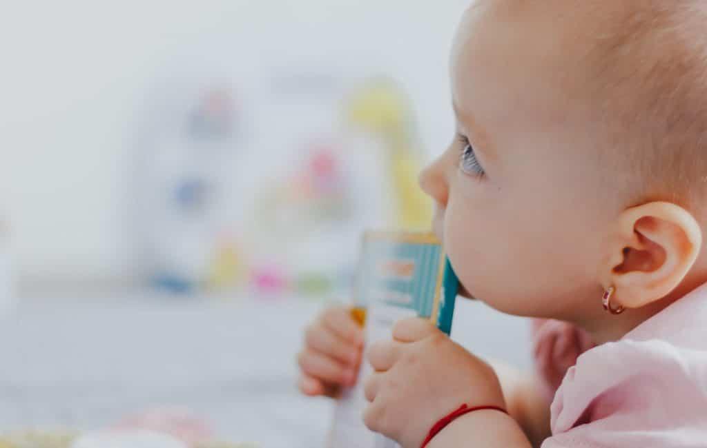Cepillar los dientes a un bebé