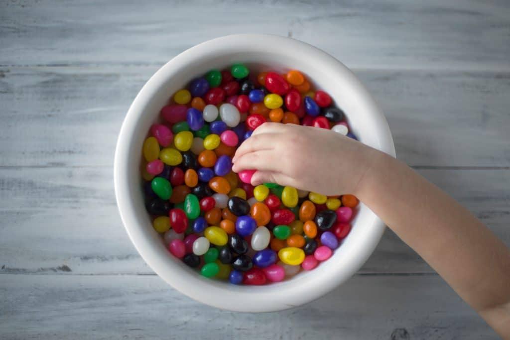 Demasiados dulces y golosinas provocan caries en dientes de leche